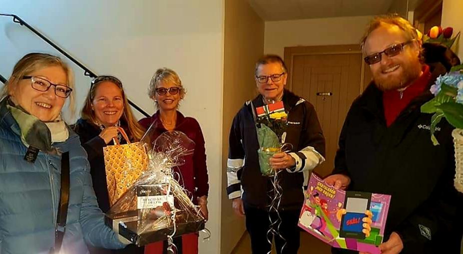 Håkon overraskes av styret på sin 80-årsdag